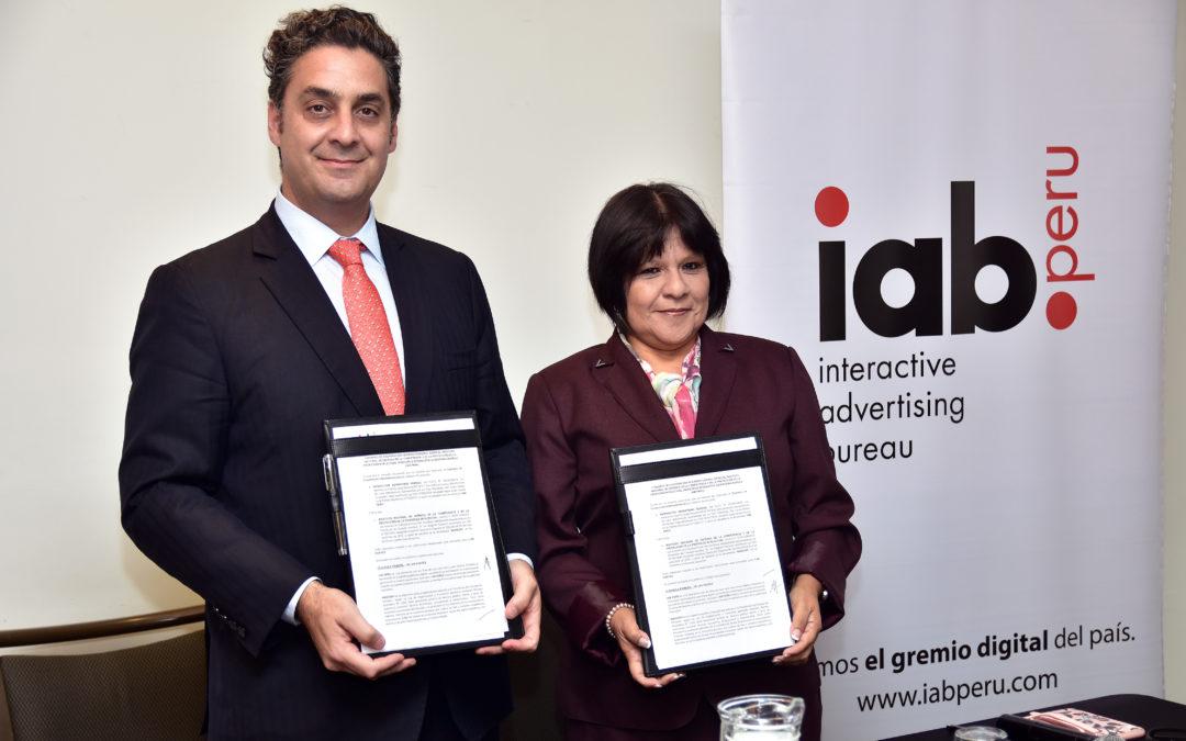 Firma de convenio de colaboración entre IAB Perú e Indecopi
